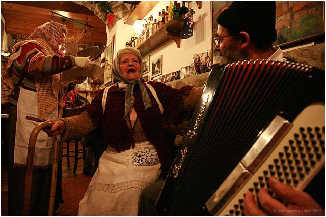 la befana sings in aristos bar
